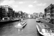 Tourist boats in Amsterdam - countrybagging.com